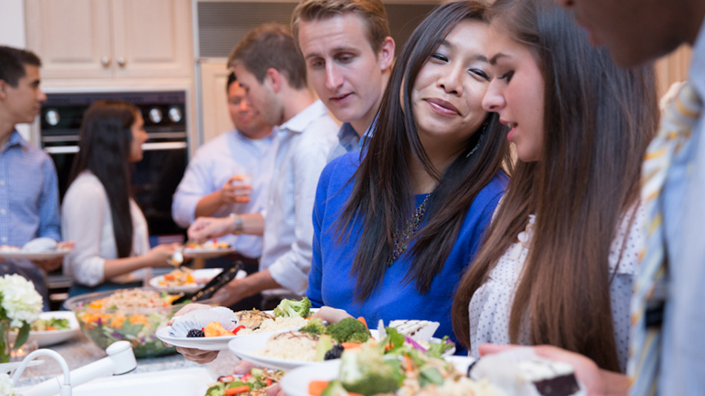 Students, faculty and alumni enjoy a meal during Dinner for 12 Strangers.